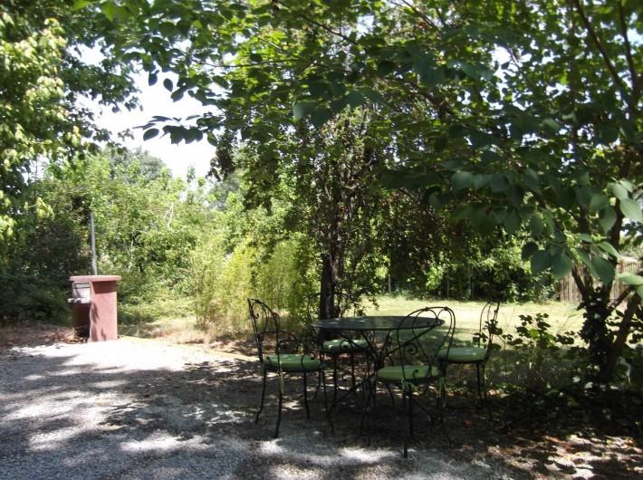 Location de vacances - Mas à Narbonne - Jardin avec barbecue et mobilier extérieur