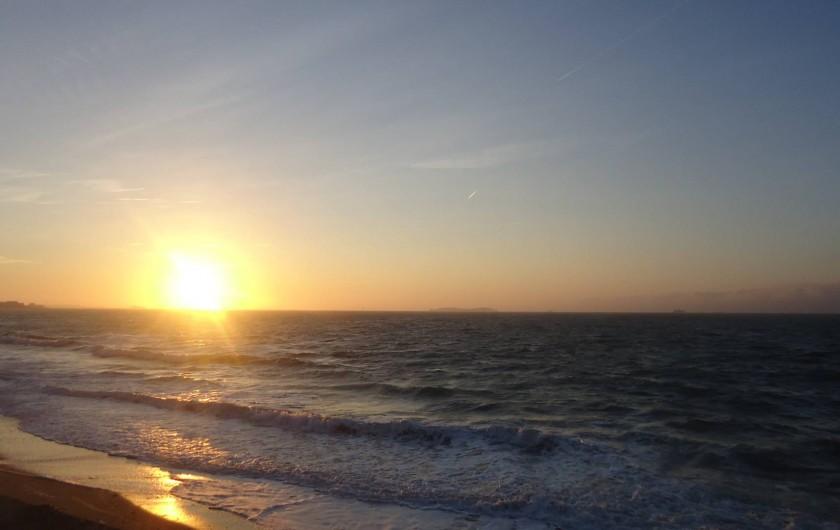 Location de vacances - Appartement à Saint-Malo - coucher de soleil plage du Sillon