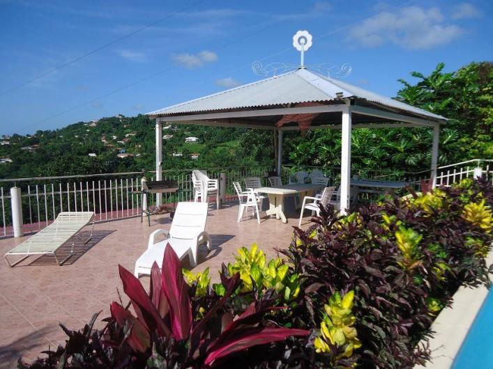 Location de vacances - Gîte à Sainte-Luce - la terrasse de la piscine et son carbet