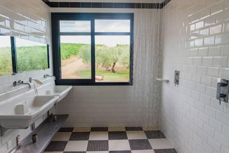 """Location de vacances - Mas à Vauvert - Salle de douche esprit """"vestiaires"""""""
