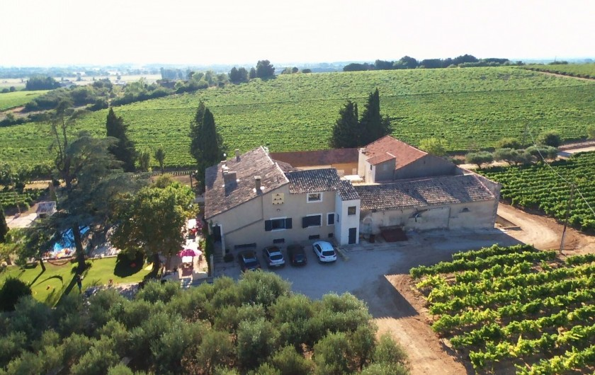 Location de vacances - Mas à Vauvert - Vue aerienne du Mas, seul au milieu de la propriété de 23 hectares de vignes