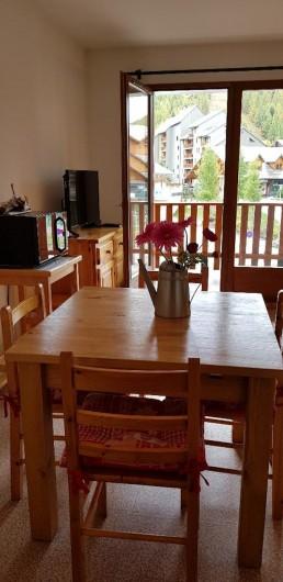 Location de vacances - Appartement à La Joue du Loup - Le coin repas et TV