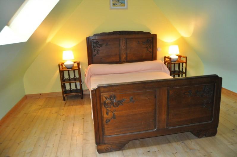 Location de vacances - Gîte à Lanvellec - Ty Nevez - chambre lit 2 personnes + lit bébé parapluie