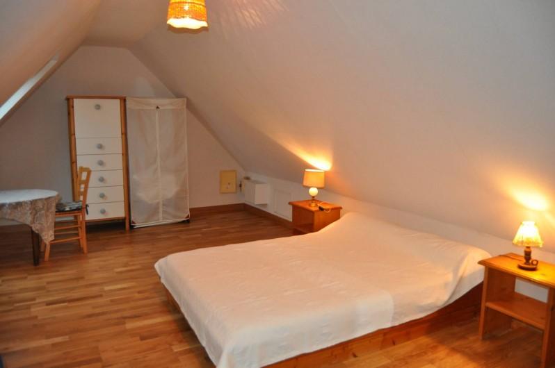 Location de vacances - Gîte à Lanvellec - Ty Coz - chambre lit 2 personnes + lit bébé parapluie