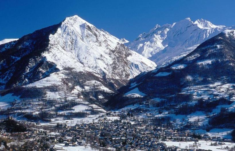 Location de vacances - Gîte à Esquièze-Sère - VILLAGE  DE LUZ ST SAUVEUR  EN HIVER .