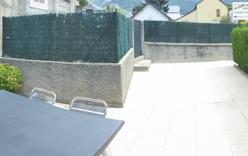 Location de vacances - Gîte à Esquièze-Sère - Terrasse  fermée avec salon jardin + barbecue  avec vue montagne