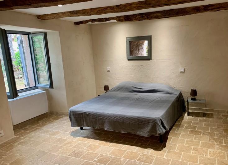 Location de vacances - Gîte à Saint-Antonin-Noble-Val - dortoir 7 lits simples avec WC séparés et SDB attenante.
