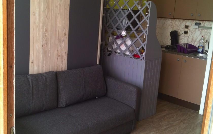 Location de vacances - Studio à Gérardmer - salon et balcon l'été
