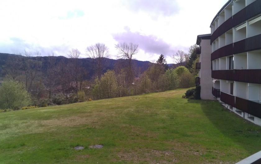 Location de vacances - Studio à Gérardmer - le studio l'hiver avec le parc enneigé