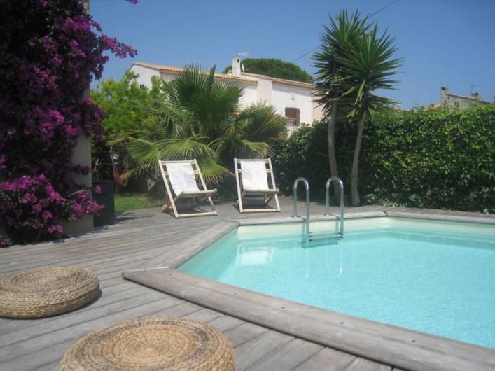 Location de vacances - Maison - Villa à Six-Fours-les-Plages - Terrasse Sud, deck en bois exotique, store, piscine.