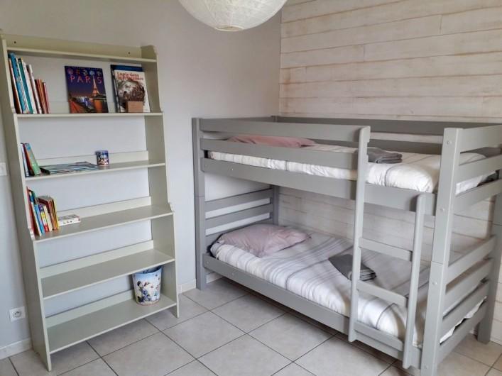 Location de vacances - Maison - Villa à Six-Fours-les-Plages - Chambre 4,  au 1er étage, rangements, une fenêtre.