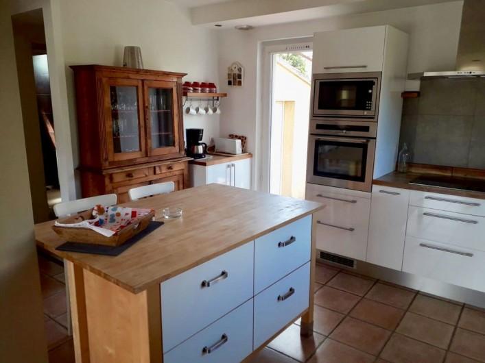 Location de vacances - Maison - Villa à Six-Fours-les-Plages - Cuisine équipée avec ilot central, ouverte sur le salon.