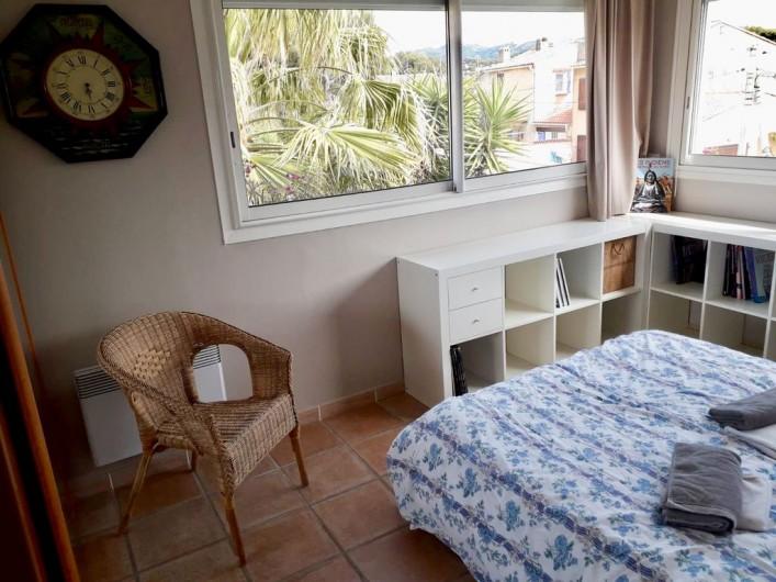 Location de vacances - Maison - Villa à Six-Fours-les-Plages - Chambre 2, au 1er étage, rangements, deux fenêtres.