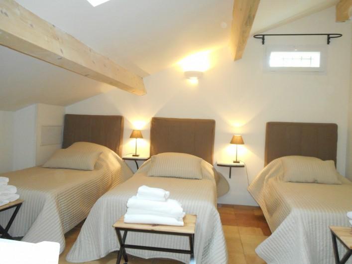 Location de vacances - Mas à Saint-Rémy-de-Provence - Une chambre avec 3 lits 90/200 au 2éme étage