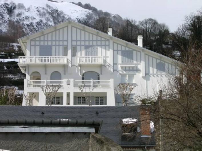 Location de vacances - Appartement à Argelès-Gazost - vue de la maison le gîte est en rez de jardin avec la loggia sous le balcon