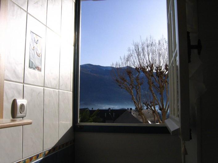 Location de vacances - Appartement à Argelès-Gazost - fenêtre de la salle de bain donnant vue sur la montagne