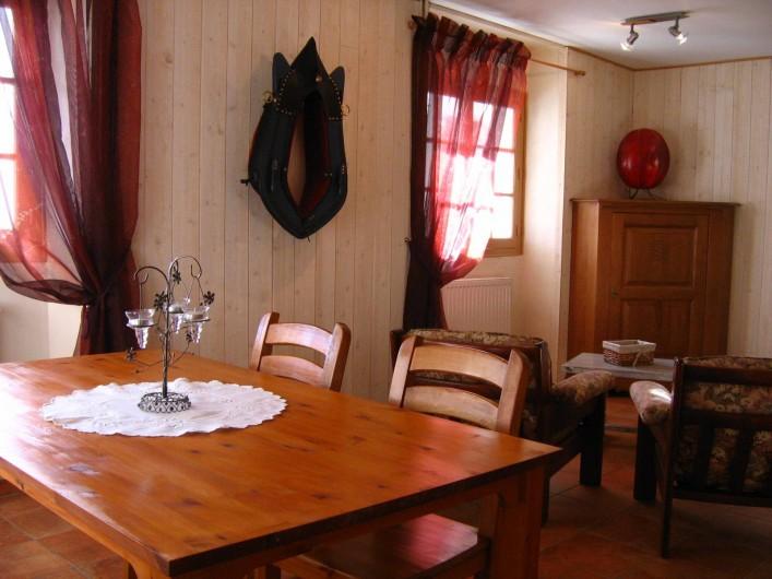 Location de vacances - Appartement à Argelès-Gazost - salle à manger avec 2 fenêtres donnant sur  la loggia et vue panoramique