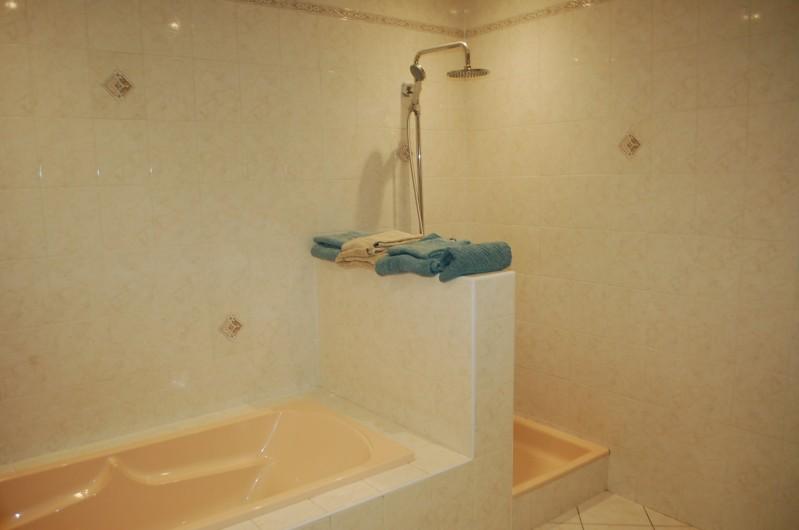 Location de vacances - Villa à Les Granges-Gontardes - Salle de bain (douche + baignoire + double vasques)