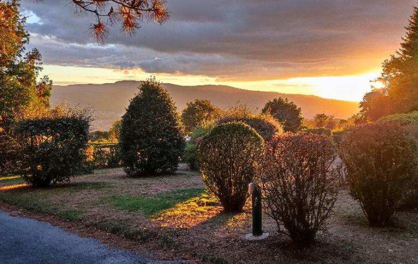 """Location de vacances - Chambre d'hôtes à Pont-de-Larn - La chambre """"Doulgas"""", 1 grand lit, salle de douche privée."""