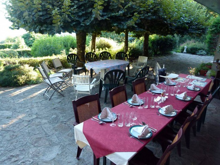 Location de vacances - Chambre d'hôtes à Pont-de-Larn - Large terrasse orientée plein sud avec vue sur la Montagne Noire !