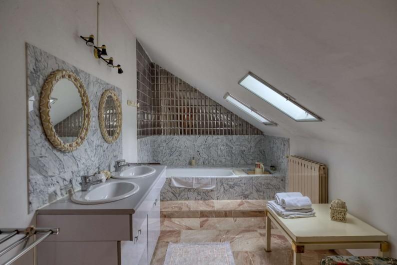 Location de vacances - Château - Manoir à Poligné - Salle de bain Roses Trémières