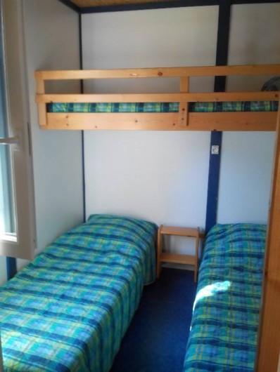 Location de vacances - Camping à Palisse - Chambre avec 3 lits