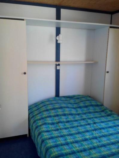 Location de vacances - Camping à Palisse - Chambre avec un lit double