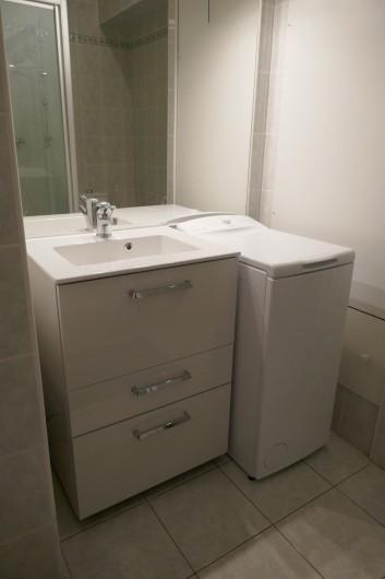 Location de vacances - Appartement à La Grande-Motte - salle de bain avec lave linge