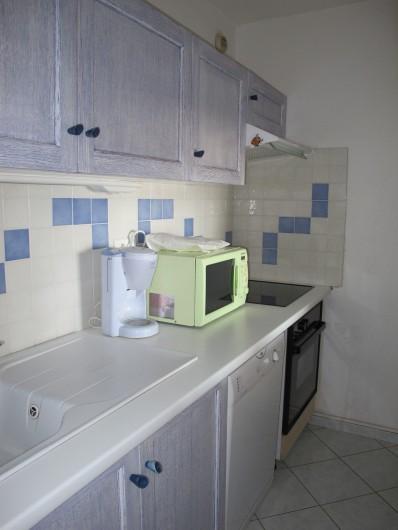 Location de vacances - Appartement à La Grande-Motte - cuisine, avec plaque de cuisson, four et lave-vaisselle