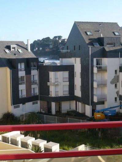 Location de vacances - Appartement à Perros-Guirec - Petite vue mer du balcon
