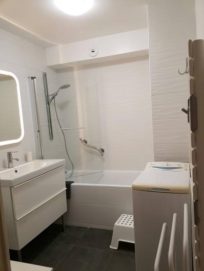 Location de vacances - Appartement à Perros-Guirec - Salle de bain avec baignoire et douche