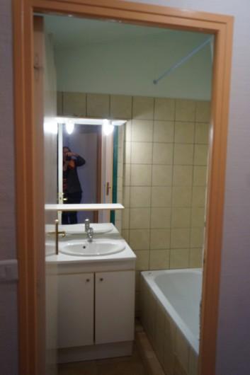 Location de vacances - Gîte à La Rochette - salle de bain du gîte 3 pièces, la baignoire douche est à droite