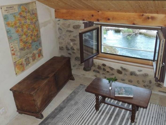 Location de vacances - Gîte à Saint-Fortunat-sur-Eyrieux - le coin salon avec vue sur la rivière