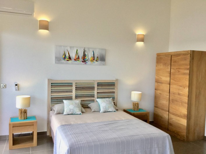 Location de vacances - Villa à Sainte-Anne - Chambre 1 avec salle d'eau lit 160 x 200
