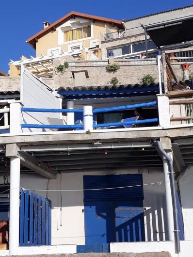 Location de vacances - Studio à Marseille - Le cabanon vu de la plage (cabanon du haut)