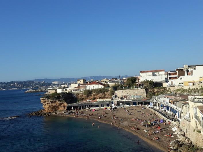Location de vacances - Studio à Marseille - Vue d'ensemble de la plage et des cabanons