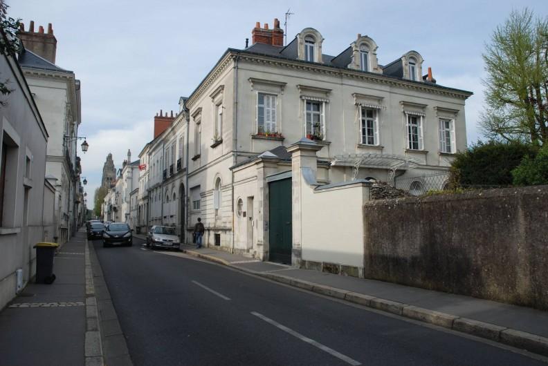Location de vacances - Appartement à Tours - Vue de la rue en montant vers  la Cathédrale