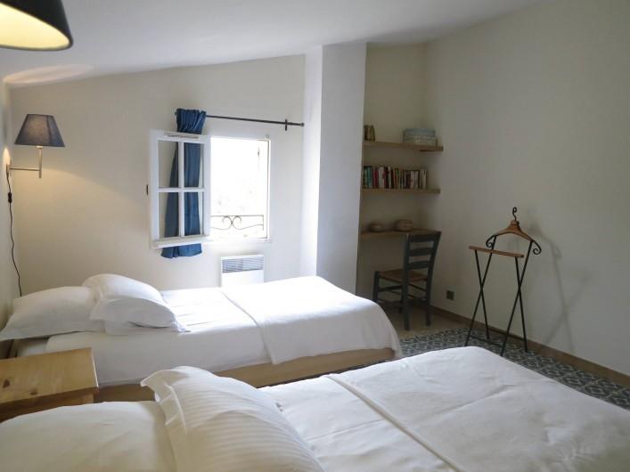 Location de vacances - Mas à Céreste - Chambre avec vue sur le Luberon : 2 lits 90X200,