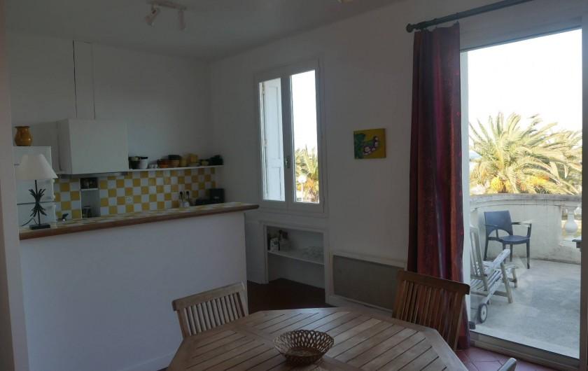 Location de vacances - Chalet à Argelès-sur-Mer - séjour avec vue cuisine et terrasse