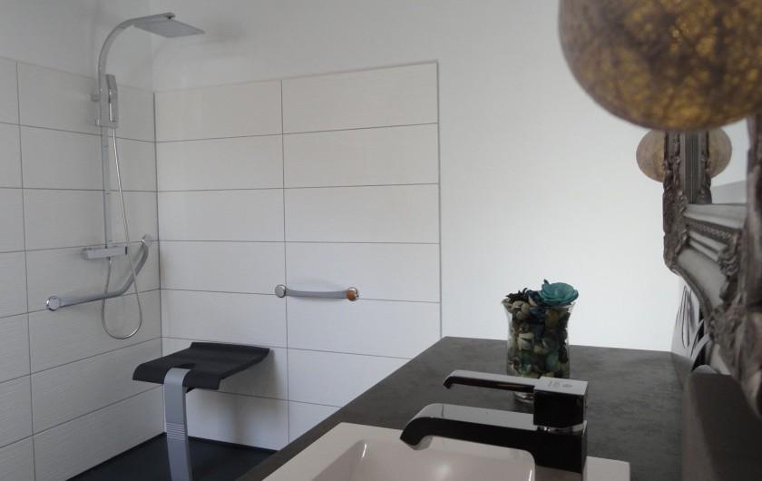 Location de vacances - Chalet à Estaing - RÊVE DE GOSSE le gîte KAIROS trois salles d'eau adaptées PMR ..