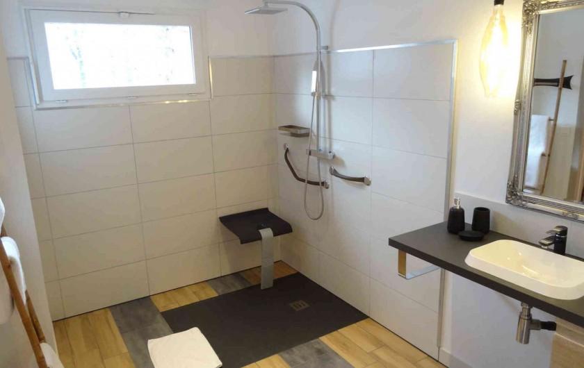 Location de vacances - Chalet à Estaing - RÊVE DE GOSSE le gîte KHÉOPS La salle d'eau adaptée PMR