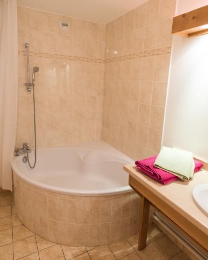 Location de vacances - Hôtel - Auberge à Giez - Salle de bain avec grandes baignoires.