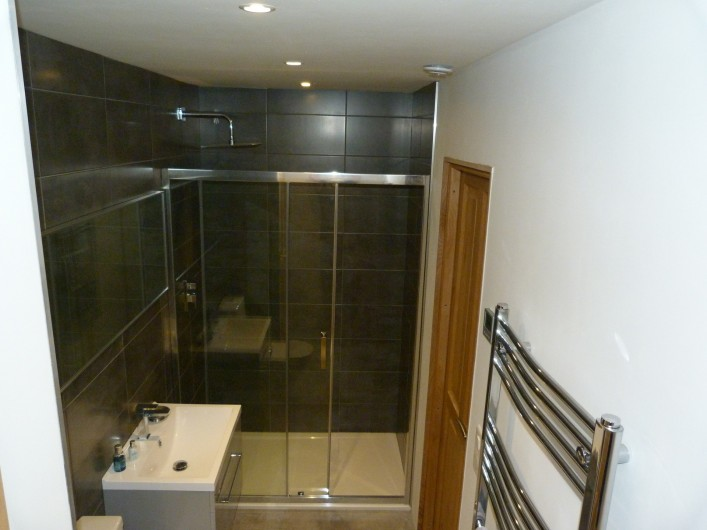 Location de vacances - Chalet à Séez - Salle de douche et WC commune aux chambres 4 et 5