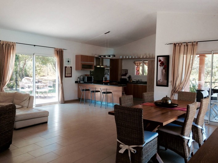 Location de vacances - Villa à Sainte-Lucie de Porto-Vecchio - Vue d'ensemble du séjour - Coin salon, salle à manger et cuisine américaine