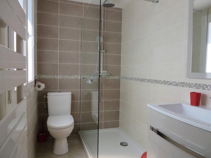 Location de vacances - Villa à Sainte-Lucie de Porto-Vecchio - Salles de bain 2 et 3. Deux salles de bain identiques attenantes aux ch 3 et 4