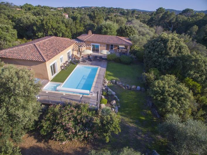 Location de vacances - Villa à Sainte-Lucie de Porto-Vecchio - Vue de la villa dans son écrin de verdure