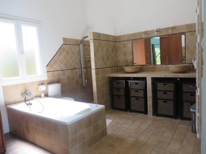 Location de vacances - Villa à Sainte-Lucie de Porto-Vecchio - Salle de bain 1. Attenante à la chambre 1