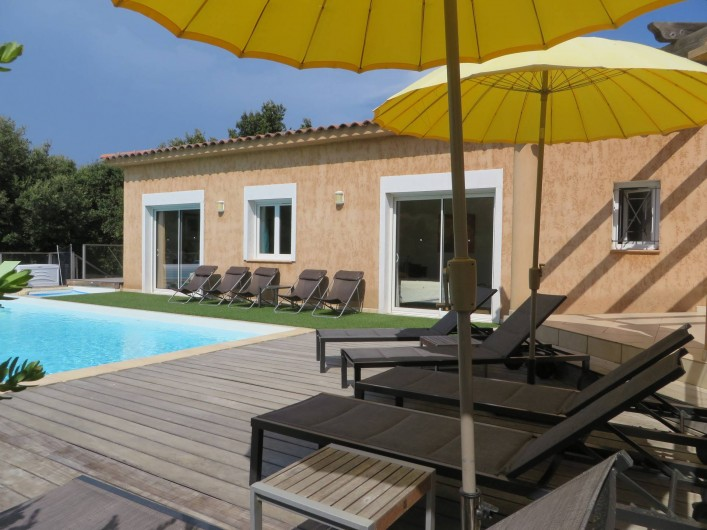 Location de vacances - Villa à Sainte-Lucie de Porto-Vecchio - Terrasse et piscine