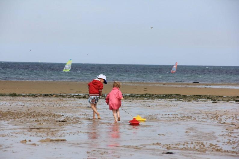 Location de vacances - Gîte à Langrune-sur-Mer - marée basse le+grand terrain de jeu.  Quand lamer remonte , les enfants aussi !