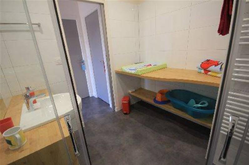 Location de vacances - Gîte à Langrune-sur-Mer - Salle de bain étage avec douche (pour deux chambres), wc séparé.